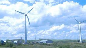 för lantgårdkälla för alternativ energi wind för turbiner aerogeneratorväderkvarn i solig dag för blå himmel field green turbines Arkivbilder