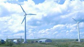 för lantgårdkälla för alternativ energi wind för turbiner aerogeneratorväderkvarn i solig dag för blå himmel field green turbines Arkivfoton