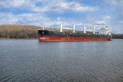 för lastbärare för fartyg bulk ship för segling för flod Royaltyfri Foto
