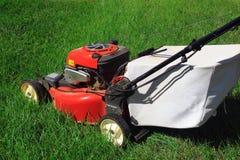 för lawngräsklippningsmaskin för bakgrund clipping isolerad white för bana Arkivbilder