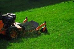 för lawngräsklippningsmaskin för bakgrund clipping isolerad white för bana Arkivbild