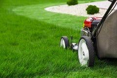för lawngräsklippningsmaskin för bakgrund clipping isolerad white för bana Royaltyfri Fotografi