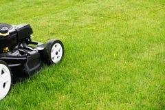 för lawngräsklippningsmaskin för bakgrund clipping isolerad white för bana Royaltyfria Foton