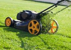 för lawngräsklippningsmaskin för bakgrund clipping isolerad white för bana Arkivfoton