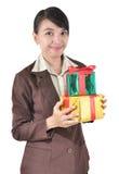 För leendehåll för ung affärskvinna lycklig ask för gåva Fotografering för Bildbyråer