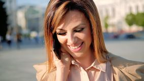 För leendekvinna för vänlig appell mobil gata för telefon för samtal