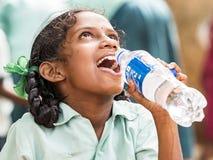 För leendelycka för flicka tonårigt begrepp för armod royaltyfri bild