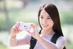 För leendetagande för ung kvinna selfie arkivbild