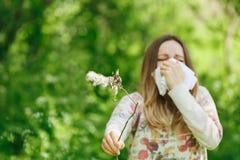 För lidandevår för ung kvinna allergi för pollen arkivbild