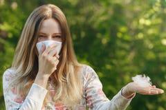 För lidandevår för ung kvinna allergi för pollen Royaltyfri Bild