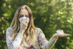 För lidandevår för ung kvinna allergi för pollen fotografering för bildbyråer
