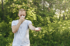 För lidandevår för ung man allergi för pollen royaltyfri foto