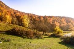 för liggandeberg för höst färgrik soluppgång Royaltyfri Fotografi