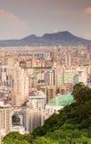 för liggandemorgon för away stad avlägset berg Arkivbilder