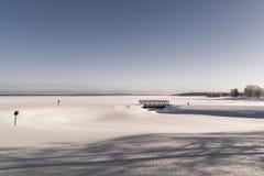 för ligganderussia för 33c januari ural vinter temperatur Isolerad träbro Royaltyfri Fotografi