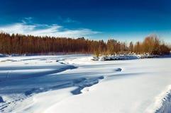 för ligganderussia för 33c januari ural vinter temperatur Solig dag den snöig floden Arkivbild