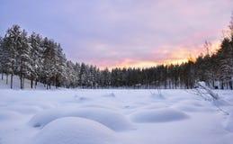 för ligganderussia för 33c januari ural vinter temperatur djupfryst lake snowdrifts Solnedgång Fotografering för Bildbyråer