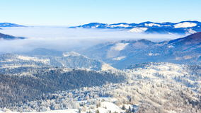 för ligganderussia för 33c januari ural vinter temperatur Fördunkla flyttningen över berget i vinter med en blå himmel lager videofilmer