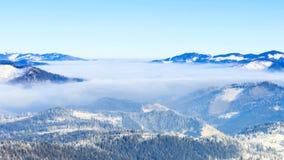 för ligganderussia för 33c januari ural vinter temperatur Fördunkla flyttningen över berget i vinter med en blå himmel stock video