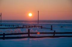 för ligganderussia för 33c januari ural vinter temperatur Solnedgång över trästaketet på lantgården Arkivbild