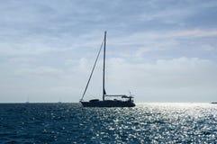 för liggandesegelbåtar för bild 3d solnedgång för sky för hav Arkivbild