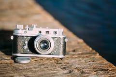 för Liten-format för 35mm tappning gammal Retro kamera Rangefinder på gammalt trä Arkivfoto
