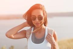 För livsstilmode för sommar solig stående av den stilfulla hipsterflickan arkivbild