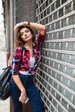 För livsstilmode för sommar solig stående av den unga stilfulla hipsterkvinnan som går på gatan Arkivbilder