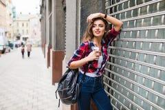 För livsstilmode för sommar solig stående av den unga stilfulla hipsterkvinnan som går på gatan Royaltyfri Fotografi