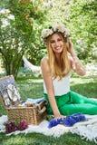 För livstil för den härliga sexiga blonda kvinnan semestrar det lyckliga leendet, ut f Arkivfoton
