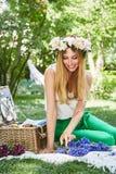 För livstil för den härliga sexiga blonda kvinnan semestrar det lyckliga leendet, ut f Royaltyfri Bild