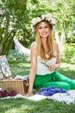 För livstil för den härliga sexiga blonda kvinnan semestrar det lyckliga leendet, ut f Arkivbilder