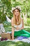 För livstil för den härliga sexiga blonda kvinnan semestrar det lyckliga leendet, ut f Royaltyfria Foton