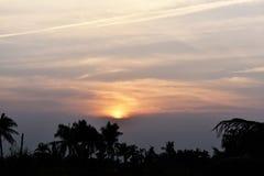 För ljus härlig afton naturbakgrund för solnedgång Royaltyfri Foto