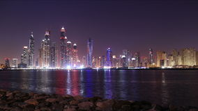 För ljus schackningsperiod för tid 4k dubai för natt marina panorama- lager videofilmer