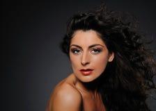för lockig nätt kvinna hårstående för skönhet royaltyfri fotografi