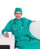 för lokalpersonal för kaffe dricka kirurg Arkivfoto