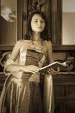 för lokaltappning för brunett posera kvinna Royaltyfri Fotografi