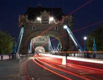 för london för bro ljusa trails för trafik torn Royaltyfri Fotografi