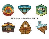För loppemblem för tappning hand dragen uppsättning Campa etikettbegrepp Designer för bergexpeditionlogo Utomhus- vandringemblem vektor illustrationer