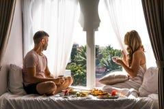För lopplivsstil för par exotisk semester för bröllopsresa för frukost arkivbilder