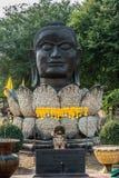 För lotusblommablomma för Buddha head för Wat Thammikarat Ayutthaya tempel bangko Royaltyfria Bilder