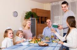 För lyckönskan familj grundligt hemma Arkivbild