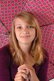 för lycklig tonårs- paraply holdingstudio för flicka arkivbild