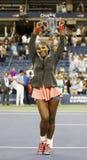 För mästareSerena Williams för US Open 2013 trofé hållande US Open efter hennes finalmatchseger mot Victoria Azarenka Royaltyfri Foto