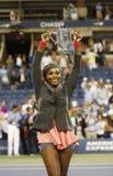 För mästareSerena Williams för US Open 2013 trofé hållande US Open efter hennes finalmatchseger mot Victoria Azarenka Arkivfoton