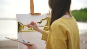 För målareteckning för ung kvinna bild för landskap för vattenfärg på staffli stock video