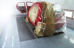 För målningprocess i bilservice Royaltyfria Bilder