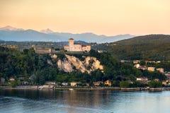För Maggiore för Rocca di Angera slottsjö Lombardy solnedgång region Italien royaltyfria bilder