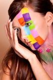 för makeupkvinna för brunett färgrikt barn Fotografering för Bildbyråer
